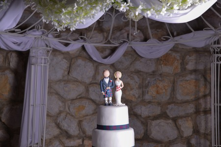 image of a wedding cake with figurines od bride and scottish groom Stock fotó
