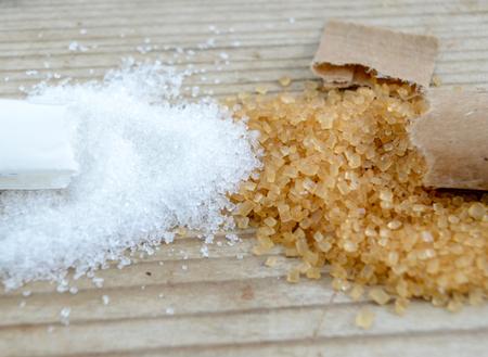 bruine en witte suiker op houten achtergrond, Stockfoto