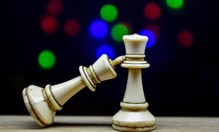 schaakstukken koning en koningin op bokeh achtergrond