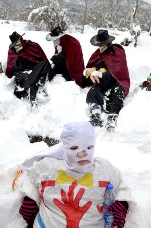 VEVCANI, MAZEDONIEN - 13. JANUAR 2019: Allgemeine Atmosphäre mit verkleideten Teilnehmern an einem jährlichen Karneval in Vevchani im Südwesten von Mazedonien Standard-Bild