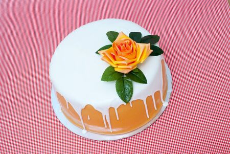 white cake woth flower on a red background image Banco de Imagens