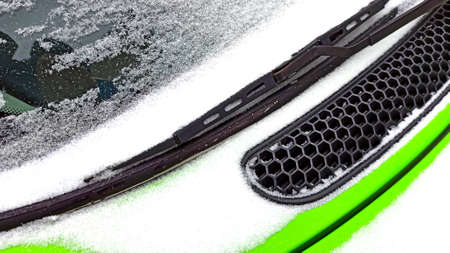 green car under the snow winter concept Imagens