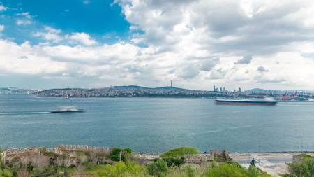 Istanbul and Bosphorus view from the Topkapi Palace timelapse. Top view of downtown and Camlica hill. Monument to Admiral Piri Reis near Gospel Pavilion. Travel Turkey Imagens