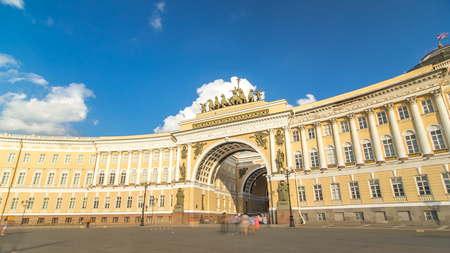El Hyperlapse timelapse del edificio del Estado Mayor General - un edificio histórico, se encuentra en la Plaza del Palacio en San Petersburgo. La construcción del edificio duró desde 1819 hasta 1829.