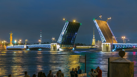 Classic symbol of St. Petersburg White Nights - a romantic view of the open Palace Bridge timelapse, which spans between - the spire of Peter and Paul Fortress Archivio Fotografico