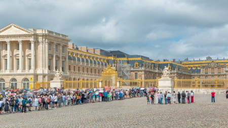 Head main entrance timelapse with the tourists in the Versailles Palace. Versailles, France. People staying in long queue. Blue cloudy sky at summer day 新聞圖片