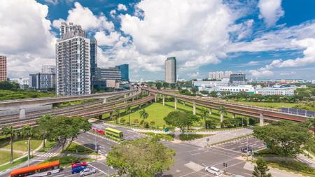 Zeitraffer der U-Bahnstation Jurong East Interchange, einer der wichtigsten integrierten Verkehrsknotenpunkte in Singapur. Der Passagier kann zwischen Bus und Bahn wechseln