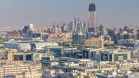전형적인 오래되고 현대적인 건물이 있는 데이라(Deira)와 두바이 크릭(Dubai Creek)의 공중 전망. 경기장과 고층 빌딩. 마천루 옥상에서 볼 수 있습니다. 두바이, 아랍 에미레이트 연방 스톡 콘텐츠