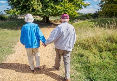 Un homme de 90 ans emmène sa femme, qui a une grave perte de vue, à Danebury Ring dans le Wiltshire pour la sortir dans la nature et loin des limites de son mode de vie confiné à la maison. Elle a une dégénérescence maculaire aiguë.