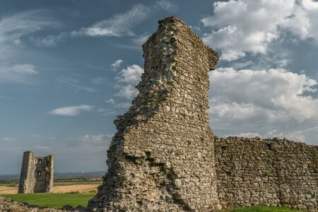 Populer with picnic makers,and once painted by John Constable,the ruins of this old English castle, built after 1215 during the reign of Henry III,some 40 miles east of London near the River Thames. Imagens