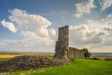 The ruins of an old English castle in Essex,southeast England, built after 1215 during the reign of Henry III,some 40 miles east of London near the River Thames (in the distance). Imagens