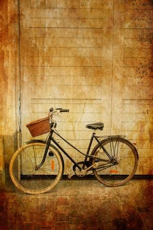bicicleta retro: Bicicleta con canasta en sepia, Lille, Francia Foto de archivo