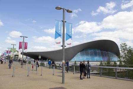 런던 - 4월 5일 2014년 4월 5일에 새로운 퀸 엘리자베스 올림픽 공원에서 수영 센터, 스트랫 포드, 런던, 영국의 새로운 공공 영역의 개방 일 에디토리얼