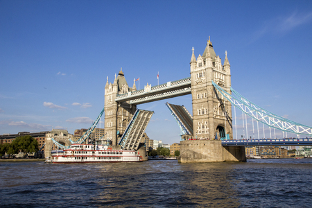 LONDON, UK - SEPTEMBER 1, 2018. View of Tower Bridge on the River Thames opening for the Dixie Queen, Steamboat. London, England, UK, September 1, 2018 Redakční