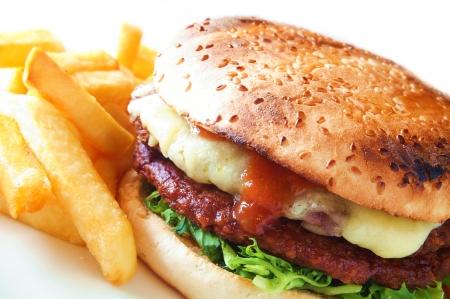 Burger im Bun mit Pommes frites auf weißem Hintergrund Standard-Bild - 23820317