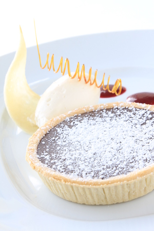chocolate tart: chocolate tart dessert with coulis Foto de archivo
