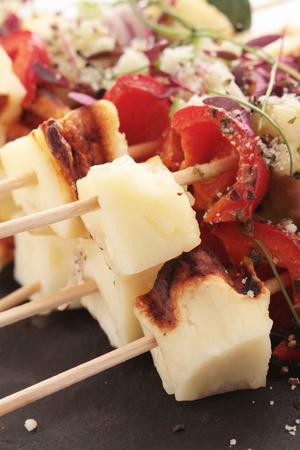pinchos morunos: kebabs vegetales halloumi a la parrilla