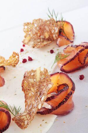 salmon ahumado: aperitivo plato de salmón ahumado