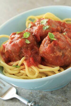 salsa de tomate: albóndigas en salsa de tomate italiana Foto de archivo
