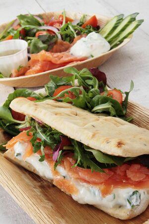 salmon ahumado: fumado ensalada de pan plano de salmón