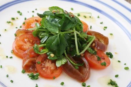 berros: tomate y ensalada de berros plateado