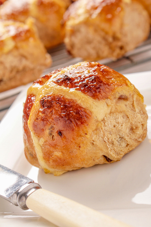 fresh baked bread hot cross buns Stockfoto