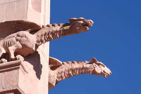 gargouilles: Une paire de ma�onnerie gargouilles, ou chim�res, celle de droite placide, la gauche snarling, le projet � partir du toit d'une �glise