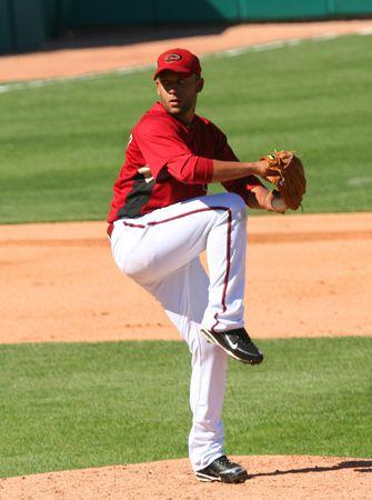 guante de beisbol: Norberto de Jordania lanza en un juego de los Diamondbacks de Arizona contra los Angels de Los Angeles el 11 de marzo de 2010, en Tucson, Arizona, Tucson Electric Park durante el entrenamiento de primavera.
