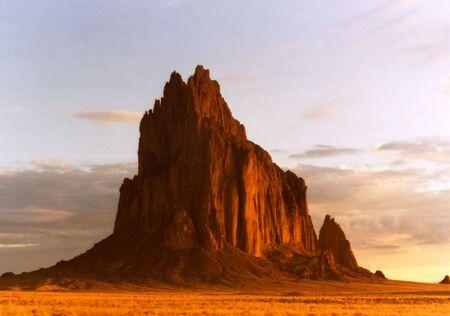 reservacion: Shiprock, Nuevo M�xico, en la reserva Navajo, en el Early Morning Sun
