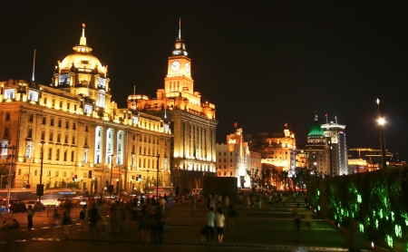 A View of the Bund, Shanghai, China, at Night. The Hong Kong & Shanghai Bank and the Customs House in the foreground. Stock Photo