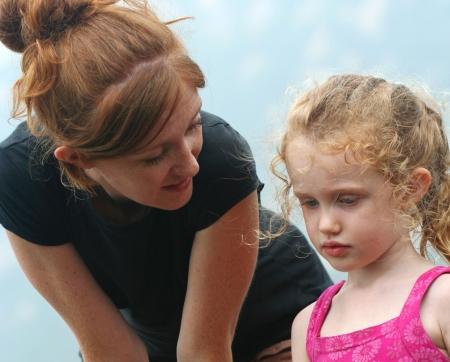 ni�os hablando: Un momento de ternura entre una madre y su hija
