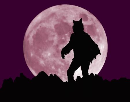loup garou: Un loup-garou en bonne place sur un horizon de Jagged avant le lever de la pleine lune