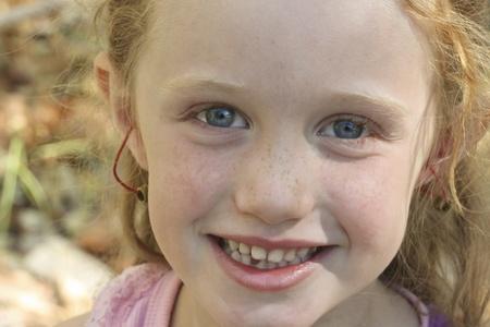 Een portret van een Little Red haired meisje met grote blauwe ogen