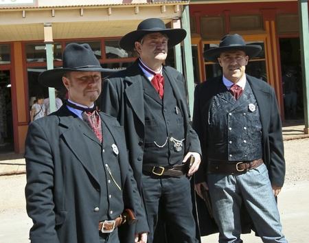 vestidos de epoca: Tombstone, Arizona - 22 de octubre: Allen Street el 22 de octubre de 2011, en Tombstone, Arizona. Los Earp vestido con traje de �poca bienvenida a los turistas a la hist�rica Allen Street, donde los tiroteos y peleas de bar se celebran durante esta celebraci�n anual de Helldorado
