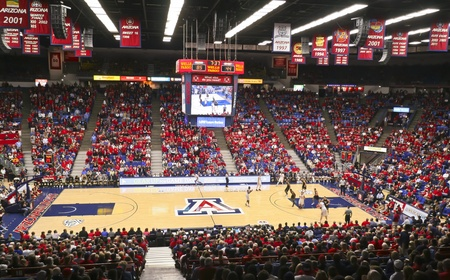 Tucson, Arizona - 22 de diciembre: McKale Center el 22 de diciembre de 2011, en Tucson, Arizona. La Universidad de Arizona Wildcats McKale Arena 'Memorial Center durante un partido contra Bryant.