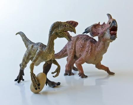 Ein Oviraptor stiehlt ein Ei von einem Styracosaurus Mutter Standard-Bild - 12268884