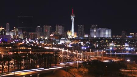 estratosfera: Las Vegas, Nevada - 28 de dezembro: O Casino Stratosphere em 28 de dezembro de 2012, em Las Vegas, Nevada. O Casino Stratosphere na noite como visto a partir do Aeroporto Internacional McCarran.