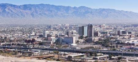 catalina: A Shot aerea diurna della Interstate 10, centro di Tucson, in Arizona, e le montagne di Santa Catalina Archivio Fotografico