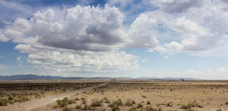 非常に大きい配列、ニュー メキシコ - 7 月 10 日: 超大規模配列の 2013 年 7 月 10 日、国立電波天文観測所、ニュー メキシコで。プロングホーン アンテロープが非常に大きい配列、ラジオの最も大きい構成でフォア グラウンドで未舗装の道路を横切る 写真素材 - 22053850