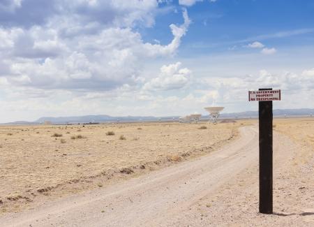 prohibido el paso: Very Large Array, Nuevo M�xico - 10 de julio: El Very Large Array, el 10 de julio de 2013, en el Observatorio Nacional de Radio Astronom�a, New Mexico. Una se�al de NO pasar en el Very Large Array, el mayor configuraci�n de telescopios de radio en el mundo. Editorial