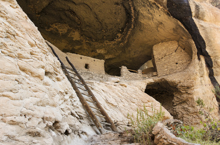 Gila 절벽 주거 국립 기념물, 뉴 멕시코에서 바위 얼굴에 동굴 4 장면 스톡 콘텐츠