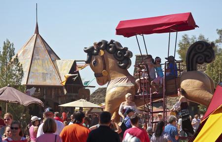 union familiar: Apache Junction, Arizona - 14 de marzo: El Festival de Arizona Renaissance el 14 de marzo de 2015, cerca de Apache Junction, Arizona. Un paseo a caballo gigante emociona a los visitantes en la animada Fiesta del Renacimiento de Arizona Anual 27a celebrada cerca de Phoenix. Editorial