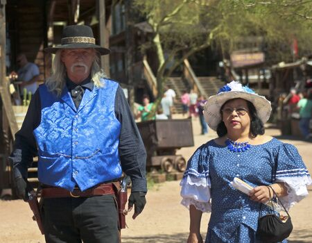 union familiar: Apache Junction, Arizona - 15 de marzo: Goldfield Ghost Town el 15 de marzo de 2015, cerca de Apache Junction, Arizona. Un par frontera vestida de azul en Golfield pueblo fantasma cerca de Apache Junction en Arizona.