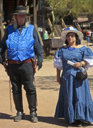 union familiar: Apache Junction, Arizona - 15 de marzo: Goldfield Ghost Town el 15 de marzo de 2015, cerca de Apache Junction, Arizona. Un par frontera vestida de azul en Golfield pueblo fantasma cerca de Apache Junction en Arizona.