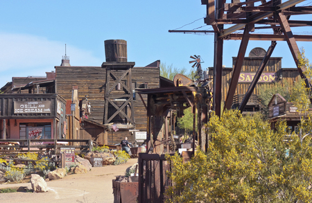 assalto violento: APACHE JUNCTION, ARIZONA - MARCH 15: Goldfield Ghost Town on March 15, 2015, near Apache Junction, Arizona. A quiet Goldfield Ghost Town awaits the tourist onslaught as opening time approaches. Editoriali