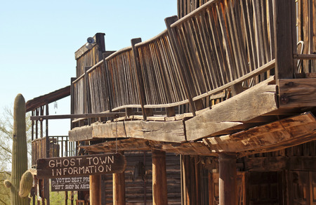 union familiar: Apache Junction, Arizona - 15 de marzo: Goldfield Ghost Town el 15 de marzo de 2015, cerca de Apache Junction, Arizona. Este balc�n colapso es uno de los detalles fascinantes interminables visto en Arizona Goldfield Ghost Town.