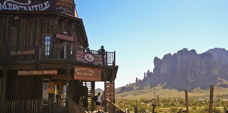 union familiar: Apache Junction, Arizona - 15 de marzo: Goldfield Ghost Town el 15 de marzo de 2015, cerca de Apache Junction, Arizona. Las monta�as de la superstici�n seg�n lo visto de Goldfield Ghost Town en Arizona.