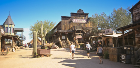 union familiar: Apache Junction, Arizona - 15 de marzo: Goldfield Ghost Town el 15 de marzo de 2015, cerca de Apache Junction, Arizona. Los turistas caminan por las calles r�sticas de Goldfield Ghost Town en un d�a soleado.