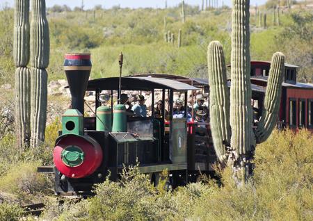 union familiar: Apache Junction, Arizona - 15 de marzo: Goldfield Ghost Town el 15 de marzo de 2015, cerca de Apache Junction, Arizona. Los turistas recorren el desierto de Sonora en un viaje en tren por la histórica Goldfield Ghost Town en Arizona.