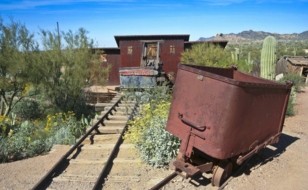union familiar: Apache Junction, Arizona - 15 de marzo: Goldfield Ghost Town el 15 de marzo de 2015, cerca de Apache Junction, Arizona. Una vieja mina en Goldfield Ghost Town en Arizona.